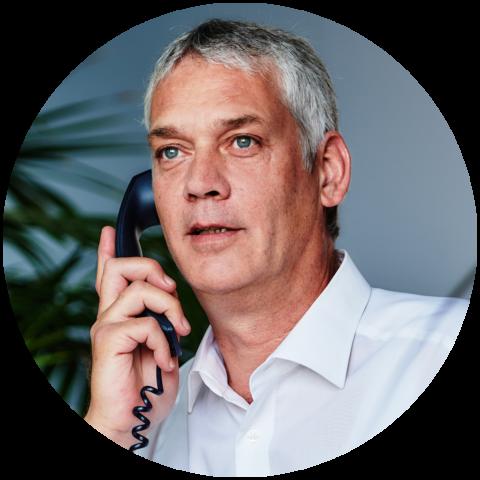 Mann berät am Telefon zu Medizinprodukte Prüfungen BEO BERLIN