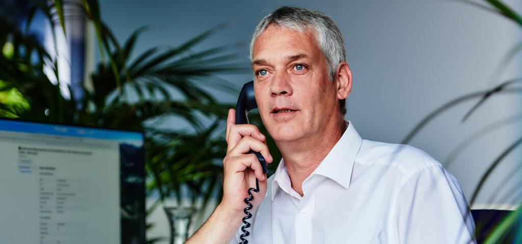Mann berät am Telefon BEO BERLIN